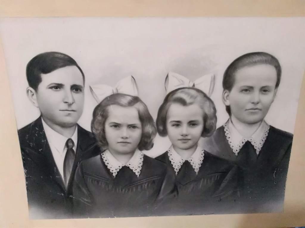 Această imagine are atributul alt gol; numele fișierului este Portret-familie-1024x768.jpg